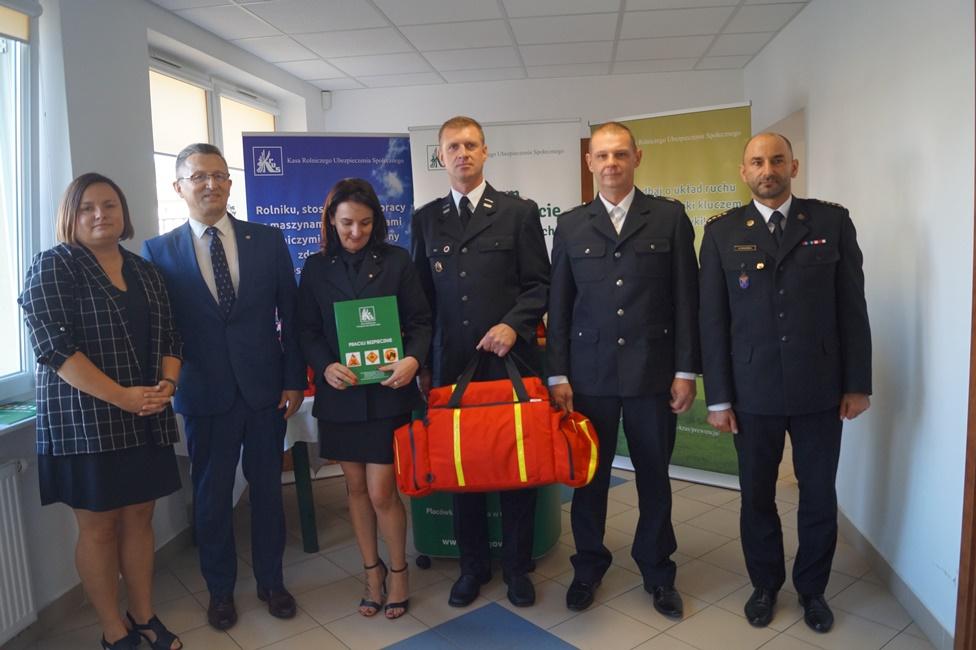 OR Koszalin wręczenie toreb medycznych OSP w Brojcach