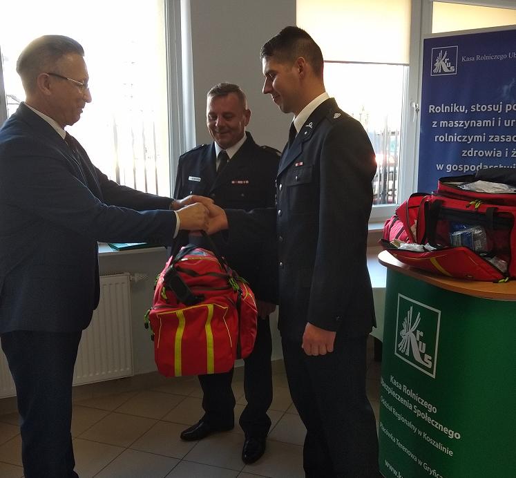OR Koszalin wręczenie toreb medycznych OSP w Lubczynie